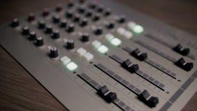 Den blandande kallade ljudsignal blandaren för konsolen också, det solida brädet, det blandande däcket eller blandaren är en elek lager videofilmer