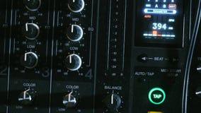Den blandande kallade ljudsignal blandaren för konsolen också, det solida brädet, det blandande däcket eller blandaren är en elek stock video