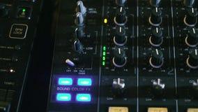 Den blandande kallade ljudsignal blandaren för konsolen också, det solida brädet, det blandande däcket eller blandaren är en elek arkivfilmer