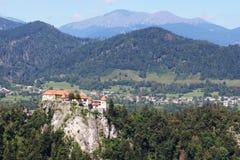Den blödde slotten sätta sig på klippan, Gorenjska, Slovenien Royaltyfri Bild