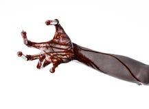 Den blodiga handen med injektionssprutan på fingrarna, tåinjektionssprutor, hand spolar ren, den förfärliga blodiga handen, det h Royaltyfria Foton
