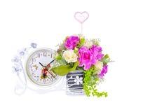 Den blommavaser och klockan berättar en viktig tid Royaltyfri Bild