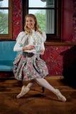 Den blonda ballerina i mode beklär sammanträde på soffan och att dricka teet Royaltyfri Bild