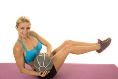 Den blonda behån för kvinnablåttsportar sitter vridningbollblick Arkivbilder