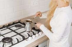 Den blonda flickan faller sovande malt kaffe i turk Grund DOF arkivbilder