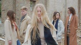 Den blonda flickan g?r en scenisk skissar stock video