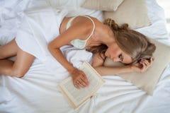 Den blonda flickan i sovrumdrömmarna semestrar sovande morgon Arkivfoton