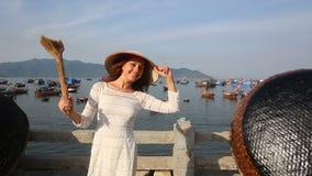 den blonda flickan i vietnames har trevlig tid i fiskeläge stock video