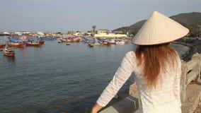 den blonda flickan i vietnames har trevlig tid i fiskeläge arkivfilmer