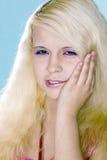 den blonda flickan lider tandvärk Royaltyfri Fotografi