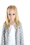 Den blonda flickan med en ledsen men frustrerade ilsket rynka pannan uttryck Arkivfoton