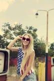 Den blonda flickan rymmer händer på henne exponeringsglas Fotografering för Bildbyråer