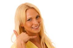 Den blonda gesten för affärskvinnan kallar mig isolerad över den vita backgroen Arkivfoton