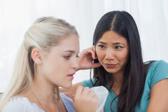 Den blonda gråt och samtal som hennes vän lyssnar royaltyfri fotografi
