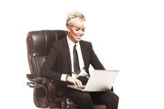 Den blonda härliga affärsdamen i vitt skjortaglasögon svärtar su Royaltyfria Foton
