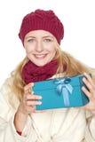 Den blonda kvinnan får en gåva Royaltyfri Fotografi