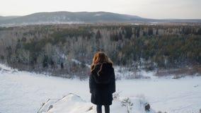 Den blonda kvinnan i vinter är tillbaka främst av en blandad skog lager videofilmer