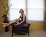 Den blonda kvinnan kopplar av royaltyfria bilder