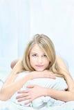 Den blonda kvinnan kudder på Royaltyfri Foto