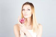 Den blonda kvinnan med rosa färger blommar och permanent makeup kvinna för granskning s för århundrade för 20 skönhet retrospekti Royaltyfri Foto