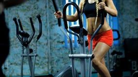 Den blonda kvinnan på den gradvisa idrottshallen stock video