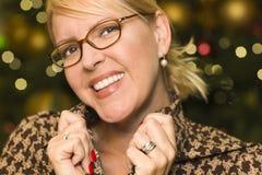 Den blonda kvinnan som ha på sig exponeringsglas i staden, tänder Royaltyfri Bild