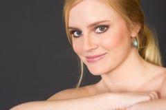 Den blonda kvinnan som ler stora Head skuldror, poserar Fotografering för Bildbyråer