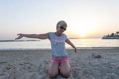 Den blonda kvinnan tycker om solnedgång Royaltyfria Foton