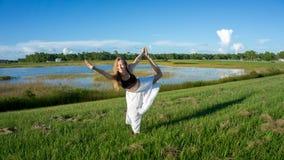 den blonda kvinnanegro spiritual som gör anseendet för yogakonungdansen som drar pilbågen Natarajasana/Dandayamana Dhanurasana, p fotografering för bildbyråer