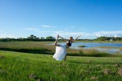 den blonda kvinnanegro spiritual som gör anseendet för yogakonungdansen som drar pilbågen Natarajasana/Dandayamana Dhanurasana, p royaltyfria bilder