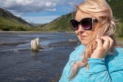 Den blonda kvinnliga kvinnan ger ogilla, förargad blick royaltyfria foton
