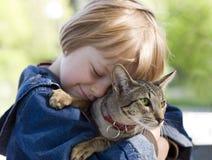 den blonda pojken födde upp den orientaliska katten Arkivfoto
