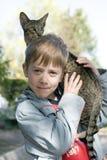 den blonda pojken födde upp den orientaliska katten Arkivfoton