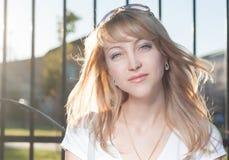 Den blonda 20-talkvinnlign i stad parkerar dag Fotografering för Bildbyråer