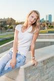 Den blonda 20-talkvinnlign i stad parkerar dag Royaltyfri Fotografi