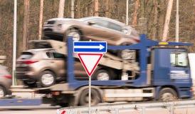 Den Blured lastbilen är burna nya bilar på plattformen Royaltyfri Bild