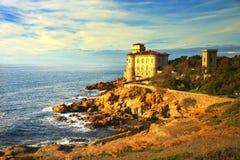 Den Boccale slottgränsmärket på klippan vaggar och havet på varm solnedgång Tu Royaltyfria Bilder