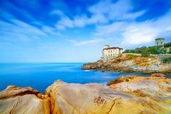 Den Boccale slottgränsmärket på klippan vaggar och havet. Tuscany Italien. Royaltyfria Bilder