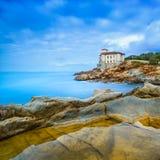 Den Boccale slottgränsmärket på klippan vaggar och havet. Tuscany Italien. Långt exponeringsfotografi. Royaltyfria Bilder