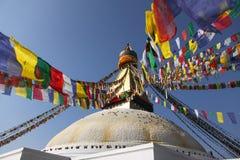 Den Bodhnath stupaen med färgrikt sjunker Arkivbild