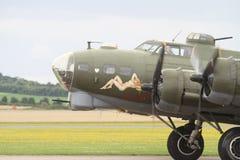 Den Boeing B-17 flygfästningen målade den nakna damen, cockpiten och motorn Royaltyfri Bild