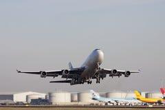 Den Boeing 747 lastnivån tar av Royaltyfria Bilder