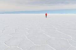 An den bolivianischen Salzebenen allein sein Lizenzfreie Stockfotos