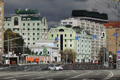 Den Bolshaya Yakimanka gatan i Moskva stängde tack vare Moskvamaraton Fotografering för Bildbyråer