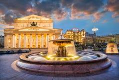 Den Bolshoi teatern och springbrunnarna royaltyfri foto