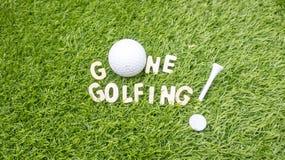 Den BORTA golfspelet är på grönt gräs arkivbild