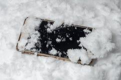 Den borttappade mobiltelefonen är i snön Arkivbilder