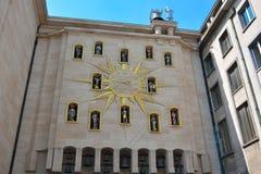 Den bosatta klockan Timmarna på stjärnan formade visartavlan föreställer viktiga tecken från forntiden till Bryssel royaltyfria foton