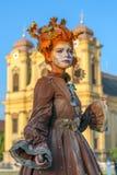 Den bosatta statyn av en kvinna klädde med höstbeståndsdelar royaltyfria foton