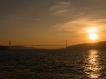 Den Bosphorus bron och solnedgången Arkivbilder